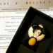 Mio caro fumetto... - Spilla e biglietto sulla vita di Nellie Bly di Nellie Around The World