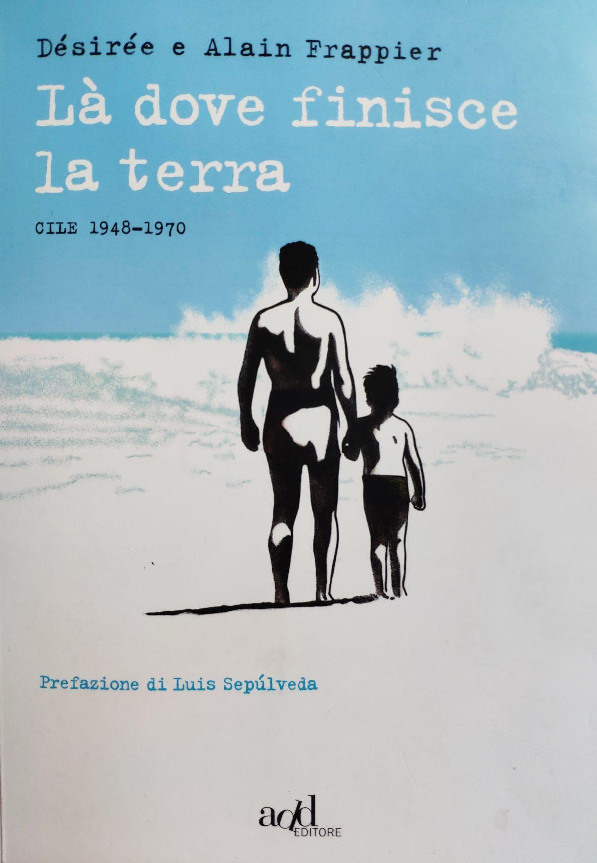 Mio caro fumetto... - Là dove finisce la terra: copertina del libro, nei colori celeste, bianco e nero, con un adulto e un bambino sul bagnasciuga che guardano il mare ondoso.