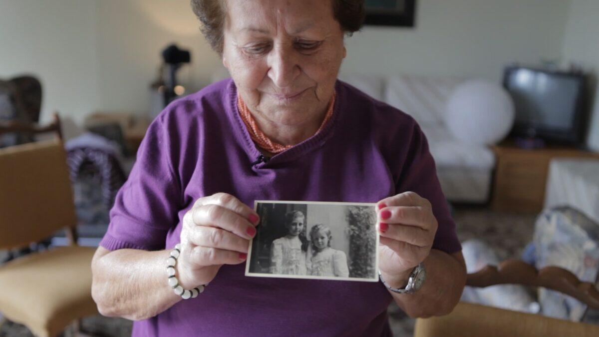 Mio caro fumetto... - Graziella Mapelli mostra una foto con sua sorella negli anni Trenta